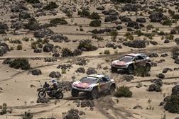 3 Peugeot 3008DKR  agrupados na frente da prova
