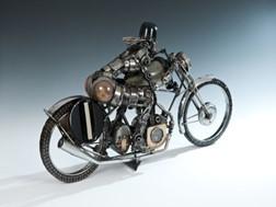 Esculturas feitas de peças de motores de automóveis