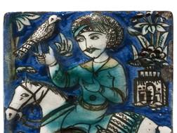 Placa Falcoeiro a cavalo Irão, Qajar, séc. XIX Cerâmica com decoração policroma sob vidrado transparente 22x14,4cm Casa-Museu Dr. Anastácio Gonçalves, Inv.º CMAG 496 © DGPC/ADF – José Paulo Ruas