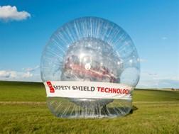 A Nissan cria a maior bola Zorb do mundo... com um automóvel lá dentro