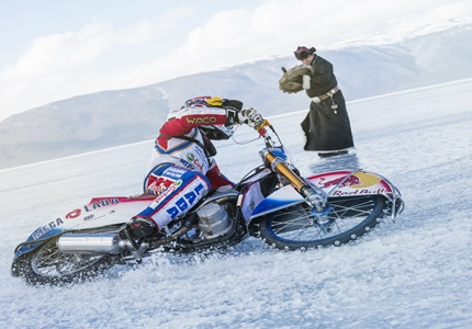 Daniil Ivanov, bicampeão mundial de Ice Speedway desafiou o lago Baikal