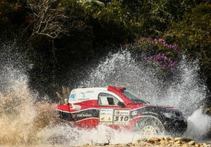 Luiz Facco e Humberto Ribeiro sobem ao pódio ao final do Rally dos Sertões