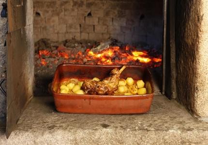 O cabrito em forno a lenha agora às quintas no Forno da Mimi & Rodízio Real