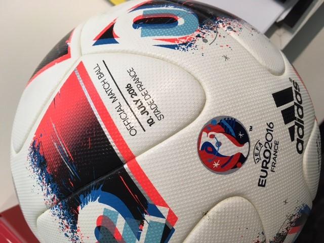 128b686f2f4c4 A bola de futebol que deu o primeiro título de Campeão Europeu de Futebol a  Portugal