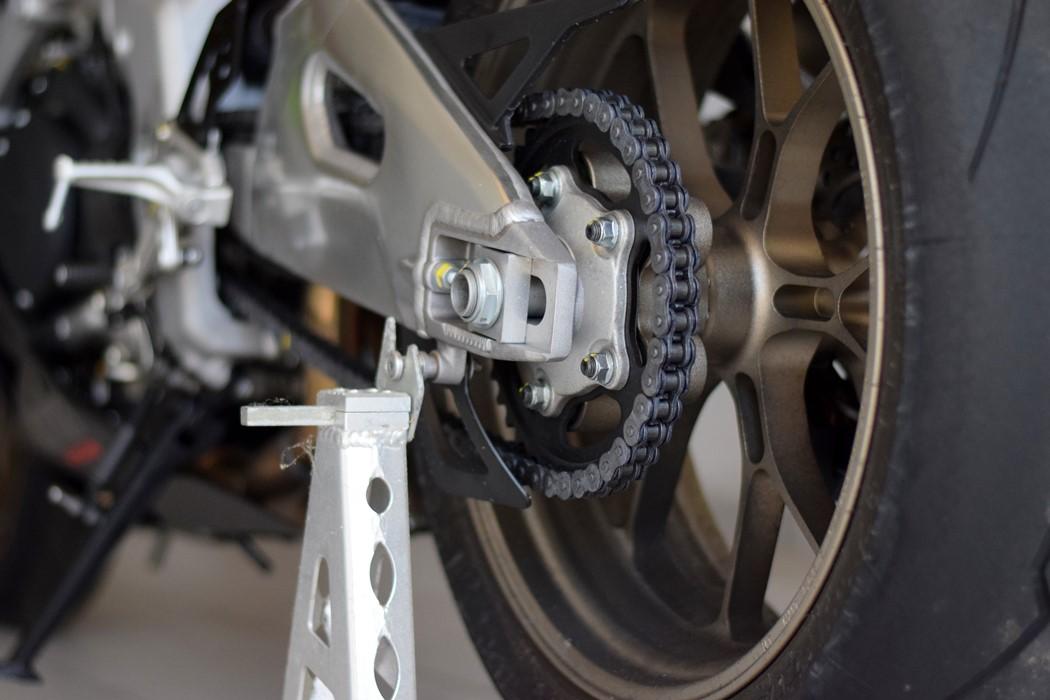 Uma corrente suja e seca não só dá mau aspecto à moto, como pode causar danos no kit de transmissão
